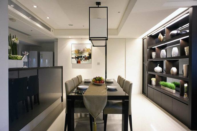 厨房与餐厅以中岛区隔,选用灰镜与烤漆玻璃作为吧台柜身。