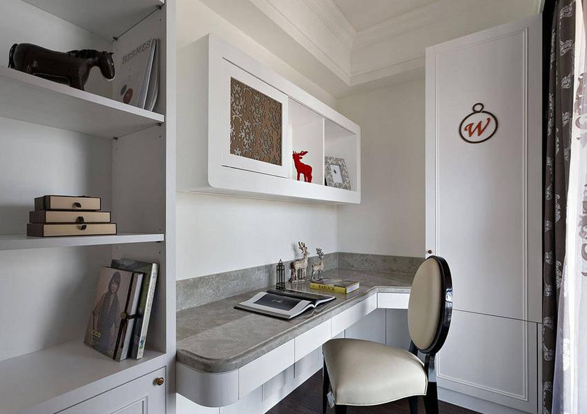 利用餐厅后方的空间规划书房,融入男主人的姓氏结合精品包款的线条。