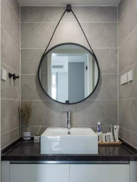 洗手台区域选用的墙面砖比卫生间的颜色要浅一些,经典的黑、白、灰组合,富有层次感。