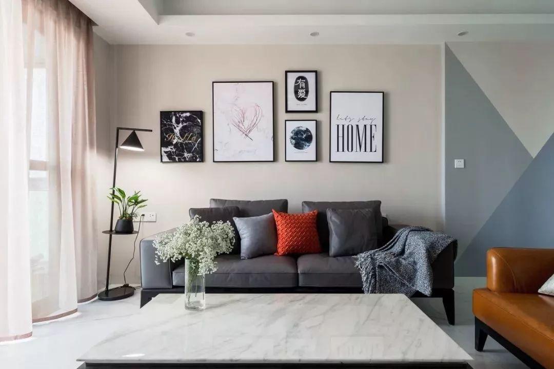 现代风格以灰色为基调,橙色沙发和抱枕让整个空间看起来不那么压抑。