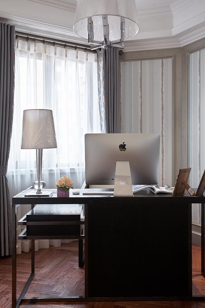 房间与书房相连,简洁线条的家具为后现代风格做点睛之笔。