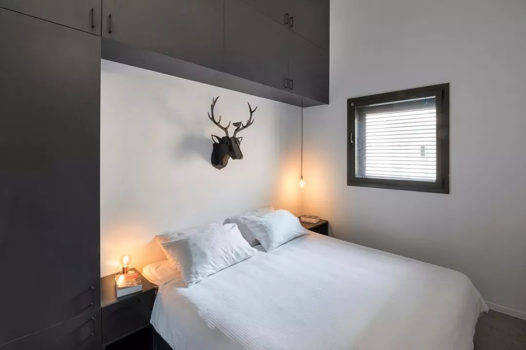 卧室面积为 10㎡,以黑白色调为主,只有一扇小窗户提供通风和采光。