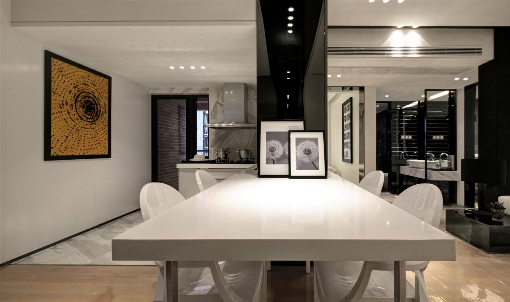 餐桌的座椅都是白色为主,简单时尚,很是大气