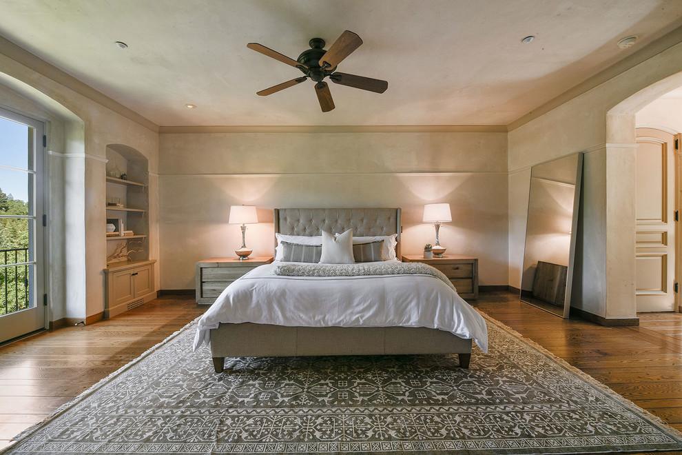 卧室中放置着白色原木四柱大床,很是贞洁雅致