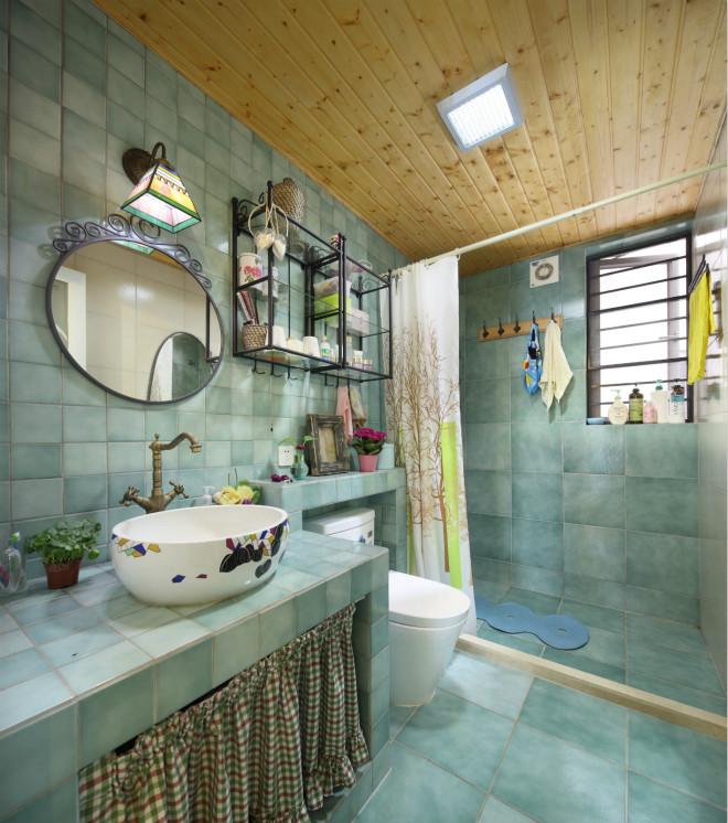 步入卫生间,整体设计尽显田园风光,水龙头的设计仿佛枝干。卫生间用拉帘设计巧妙进行干湿分离
