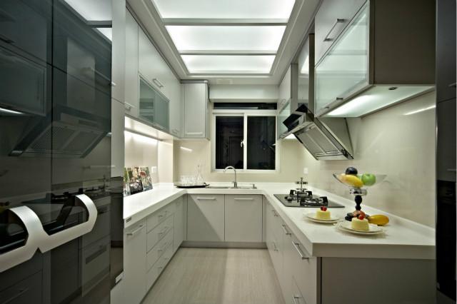 U型橱柜方便烹饪,白色橱柜与台面设计,打造出不一样的简约风格的美感。