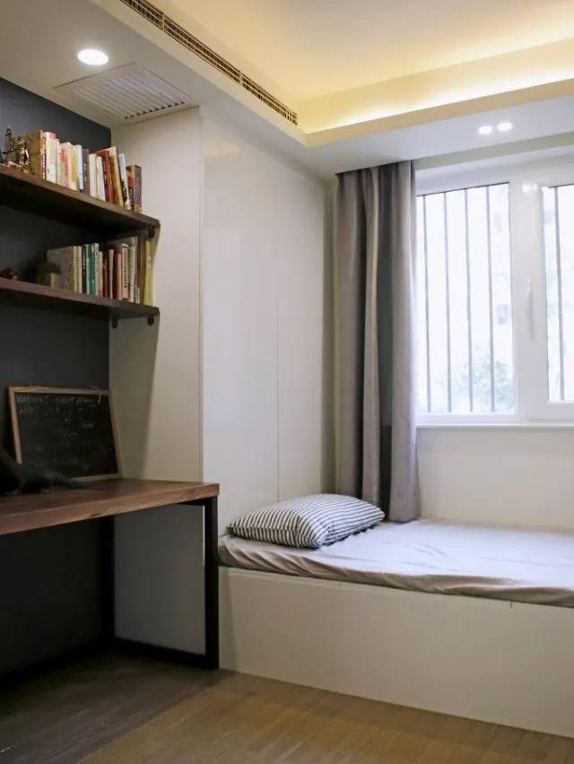 儿童房色调清爽,选择北欧蓝作为床头背景,与床头的温暖木质冷暖对比,为小朋友营造一个自然舒适的梦境。