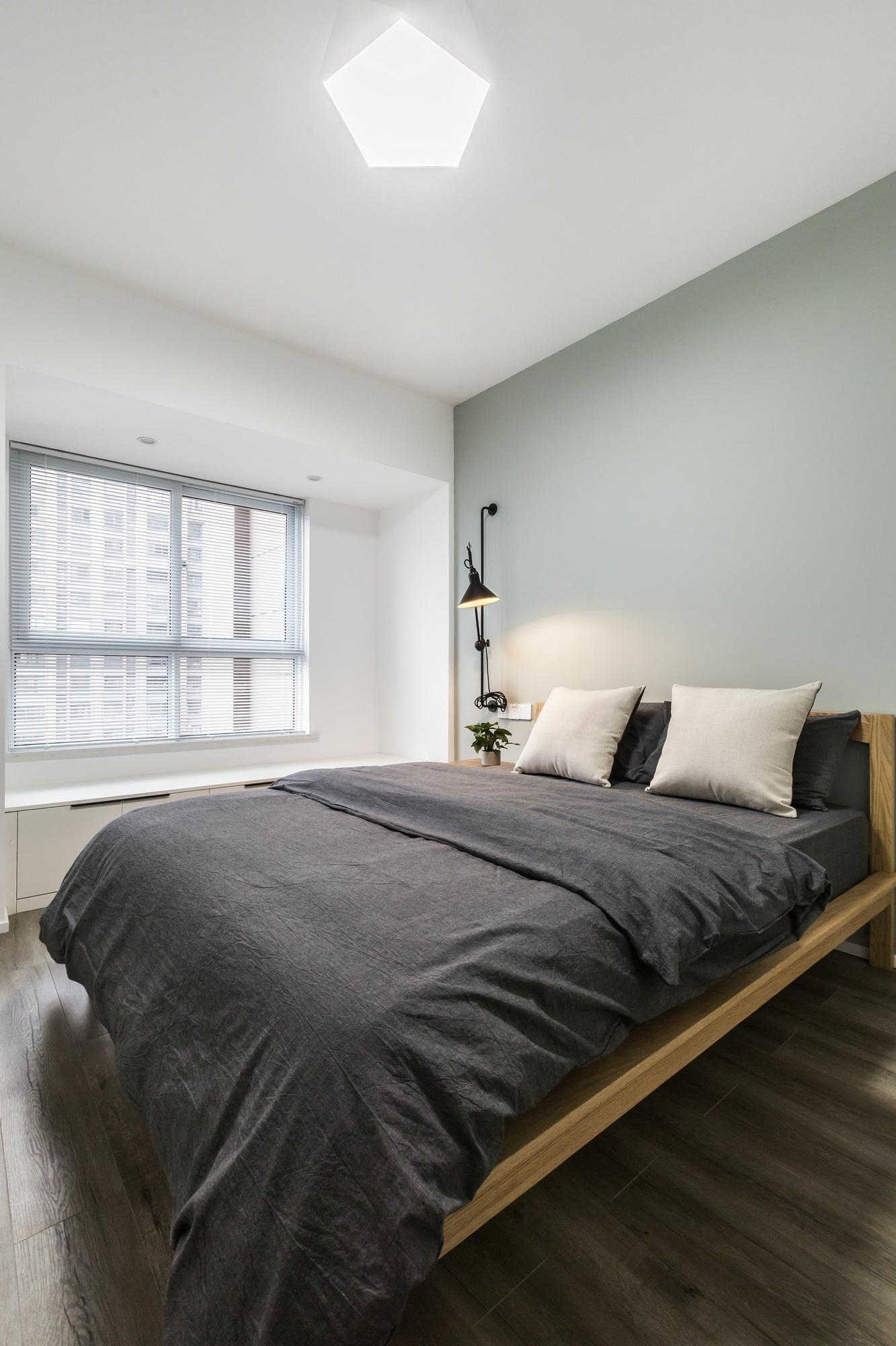 次卧转角能反射窗外的阳光让房间能更加明亮