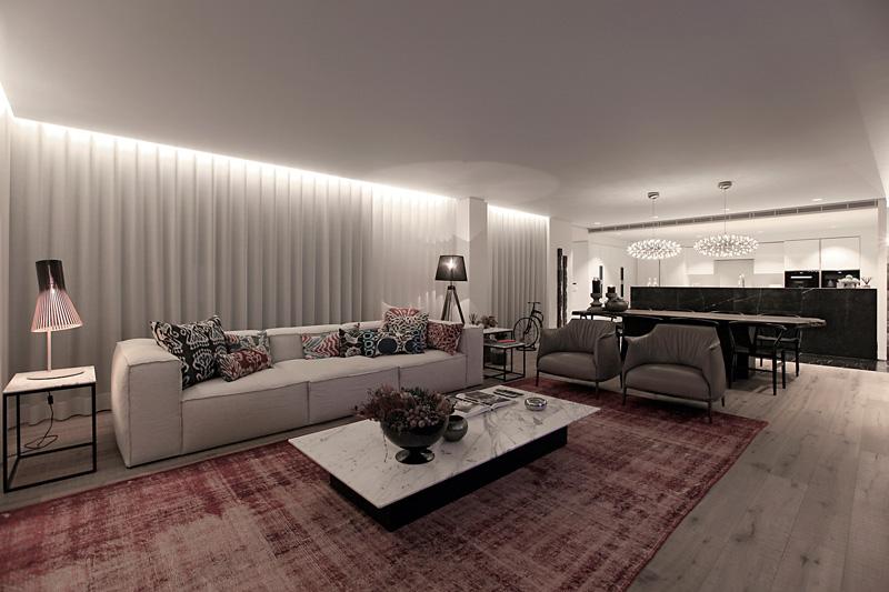 客厅设计简单,以高端的白色为主,红条地毯为辅衬托出整个客厅的完美视野