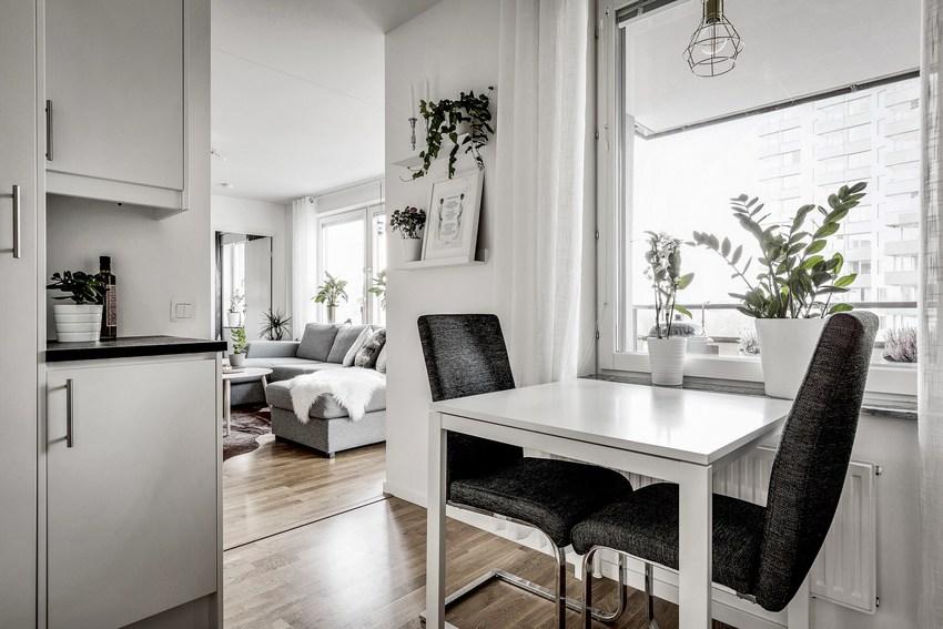 除了客厅的一套餐桌椅外,在厨房中还有一套两人位的餐桌椅,其实这在北欧中比较常见。