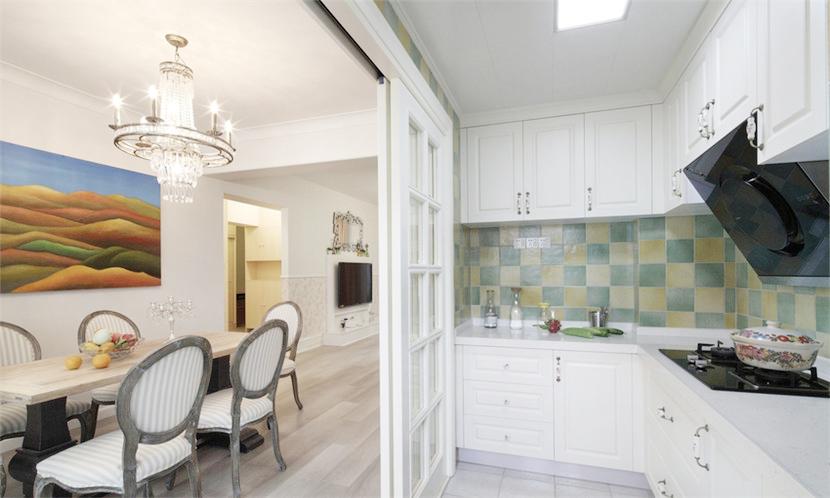 和餐厅相连的厨房,洁白的橱柜和门营造除了非常干净整洁的空间。