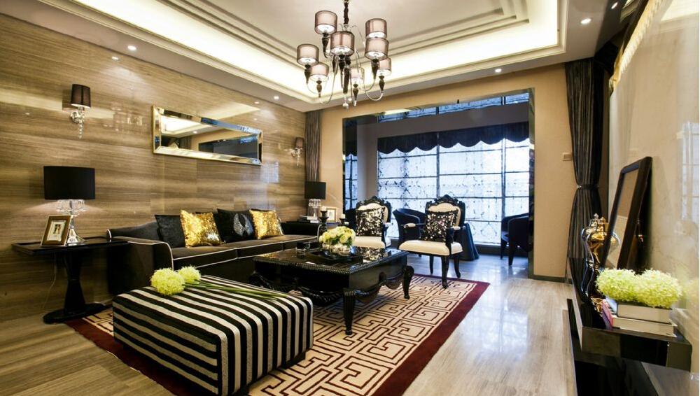 中间墙面的长条镜子装修为居室注入艺术格调,地毯的设计似乎让空间流动起来。
