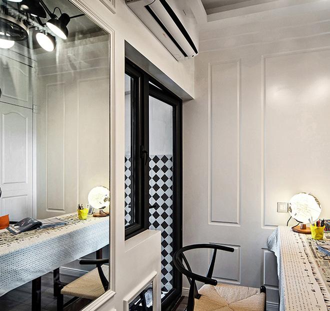 把其中的一居室变成了书房,整面墙的镜子一下子从视觉上扩大了书房的面积。