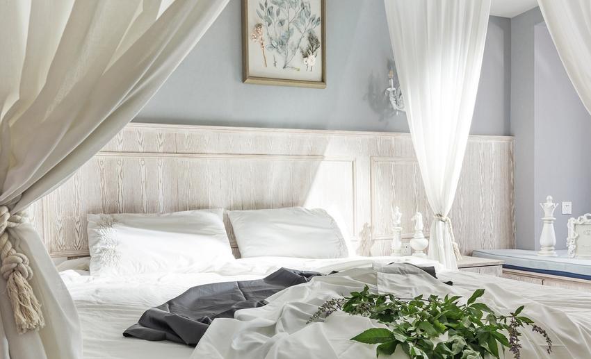 主卧延续优雅的格调,浪漫的白色沙幔环绕。