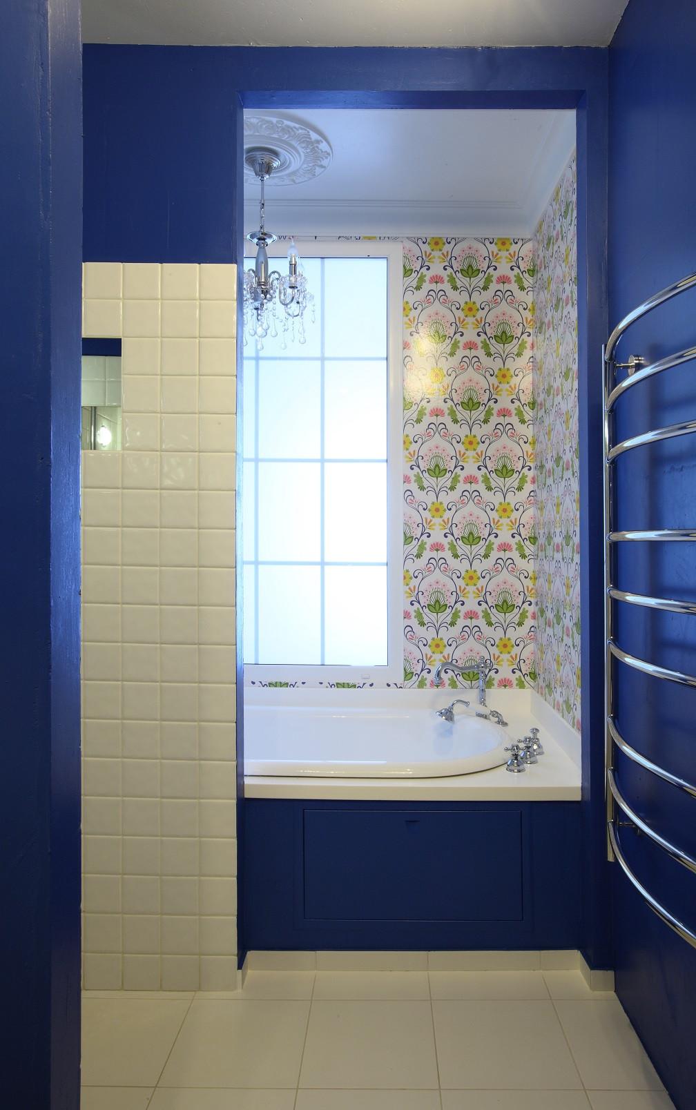 卫生间以蓝色和白色白术,干净靓丽,干湿分离,地面瓷砖方便更好的擦拭