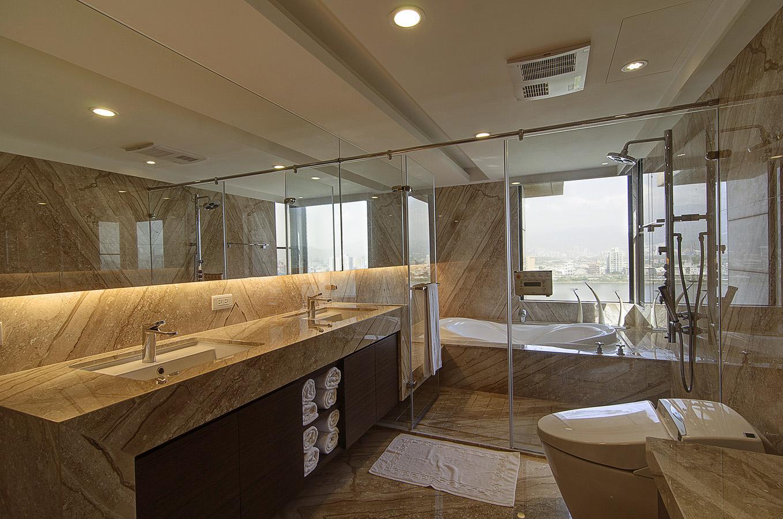 这样敞亮大气的卫生间太喜欢了!每次回家将疲倦的身体泡在舒适的浴缸里,饮一杯红酒望向窗外美景,尽显美好