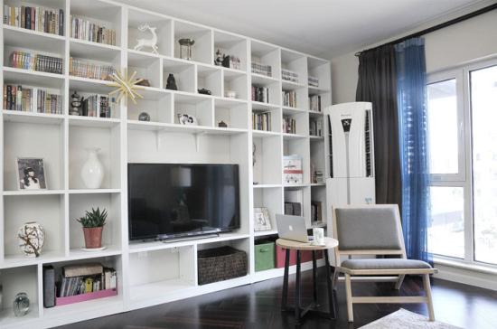 一面墙被设计师全部利用,分割成大小不一的收纳格,白色的收纳格简洁大方。