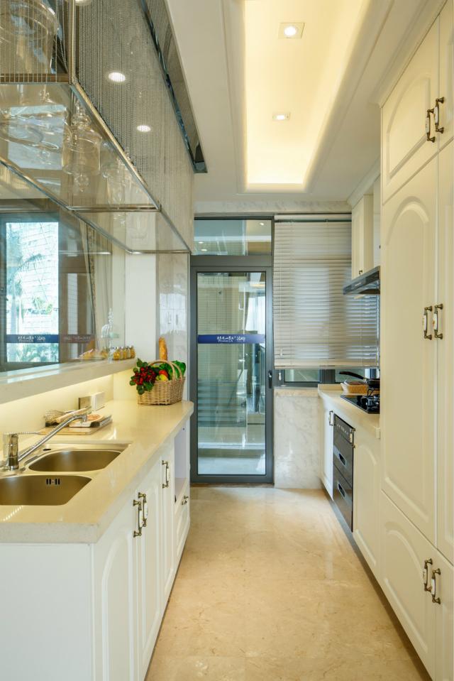 设计师在厨房设计可谓是下足功夫,空间虽然不大但橱柜的有效利用很好的节省了空间。