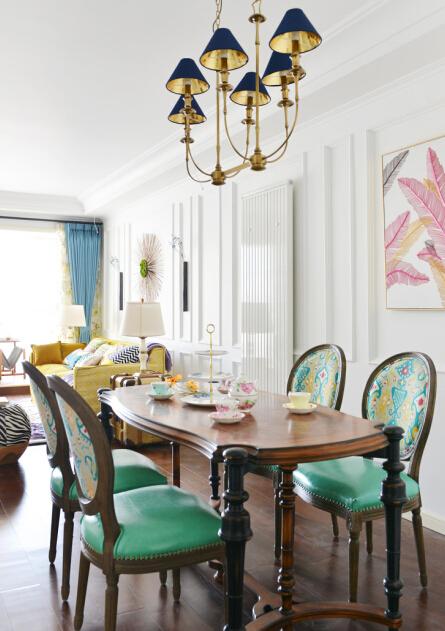 薄荷绿色的椅子搭配木质感的餐桌,味道十足。