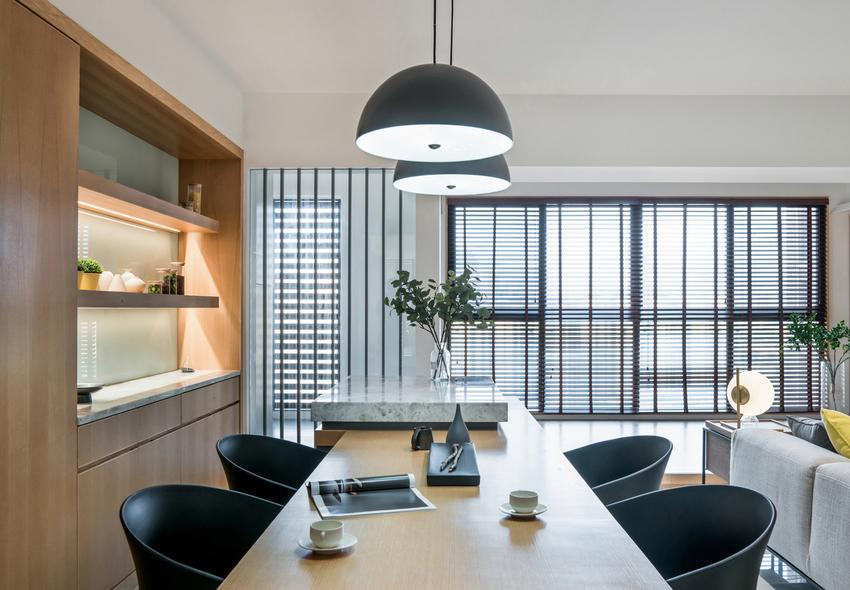 设计者除了规划厨房外,增加了大比例的轻食区,结合中岛台,让屋主享受下厨的乐趣的同时也能与家人互动。