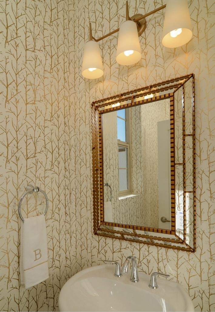 在三个小巧壁灯的照耀下,镜子闪着金色小光芒,看起来很有感觉。