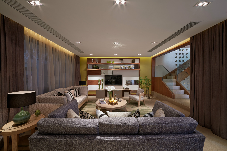 客厅简洁大方又比较节省空间;而且柜子上放了很多绿植,添加生活的气息