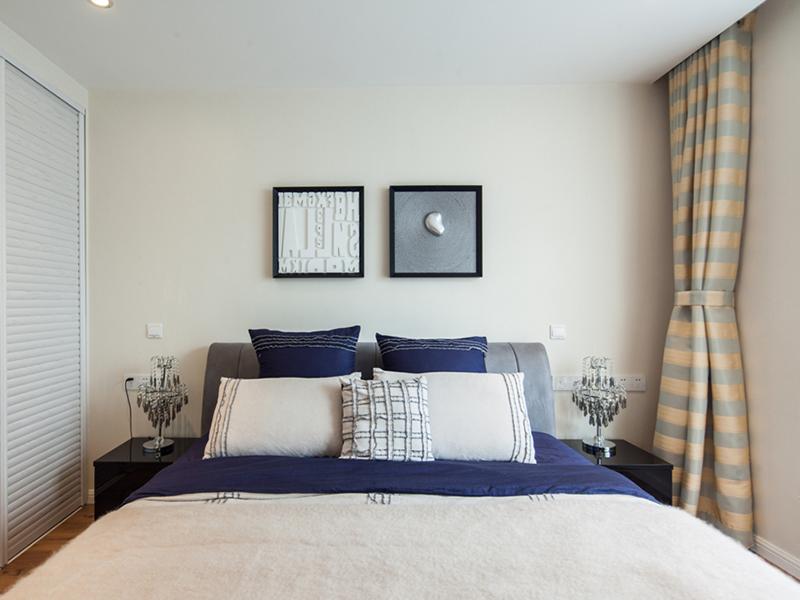 简洁现代的画框、亚克力材质的置物柜、藏青色与浅米色搭配,令空间分外简洁。
