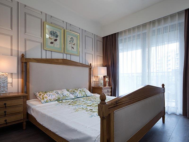 次卧是留给女儿的,选用了雪白作为主色,窗边两个床头柜也十分讲究对称。
