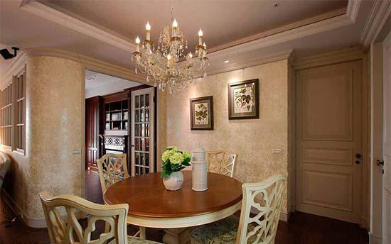 古典样貌的家私与图腾壁纸,与圆形餐桌、水晶吊灯相互辉映,形塑典雅的用餐氛围。