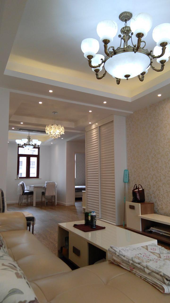 整体空间还是以浅色系为主,米色电视背景墙、米色茶几、米色皮质沙发,而通过古铜色的吊灯和配饰褐色的点。