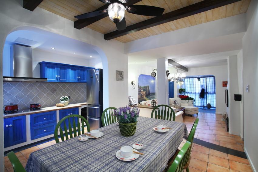 餐厅旁边便是厨房,一字形厨房,橱柜依旧是蓝色,顶吸式油烟机与橱柜平行,很统一。