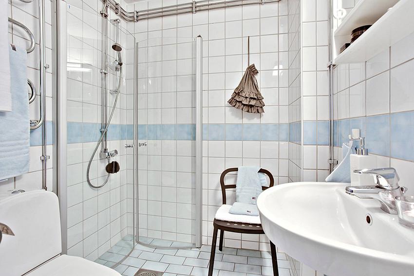 这是一个隐藏的卫生间,空间非常有限,但是却让人觉得非常实用又漂亮。