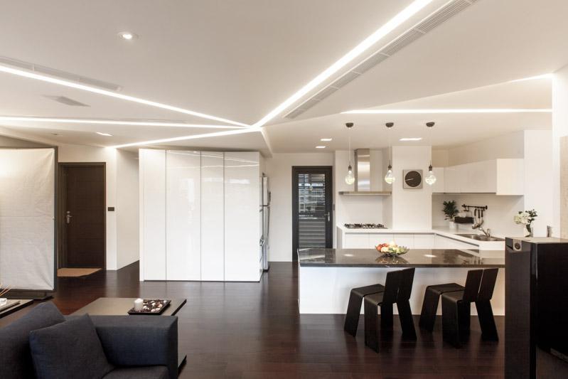 简单的厨房以全白为主,也是考虑做成开放式厨房后的烹饪方法不会有大量的油烟,做成白色更加美观。
