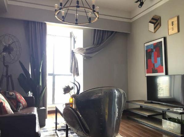 客厅空间虽然比较小,但并不妨碍艺术的装扮。
