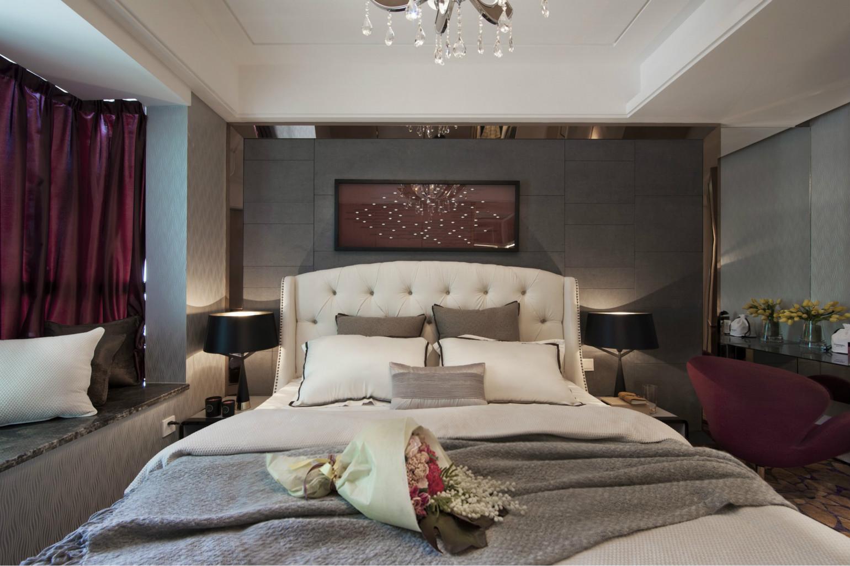 卧室中放置着简约的大床,搭配上浅色花样的布艺床品,简洁而雅致。