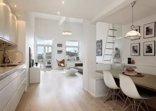 白色的屋子,通透的屋子结构,带来充足的采光,加上小家具的巧妙摆放,让每一缕阳光都照进了屋内。