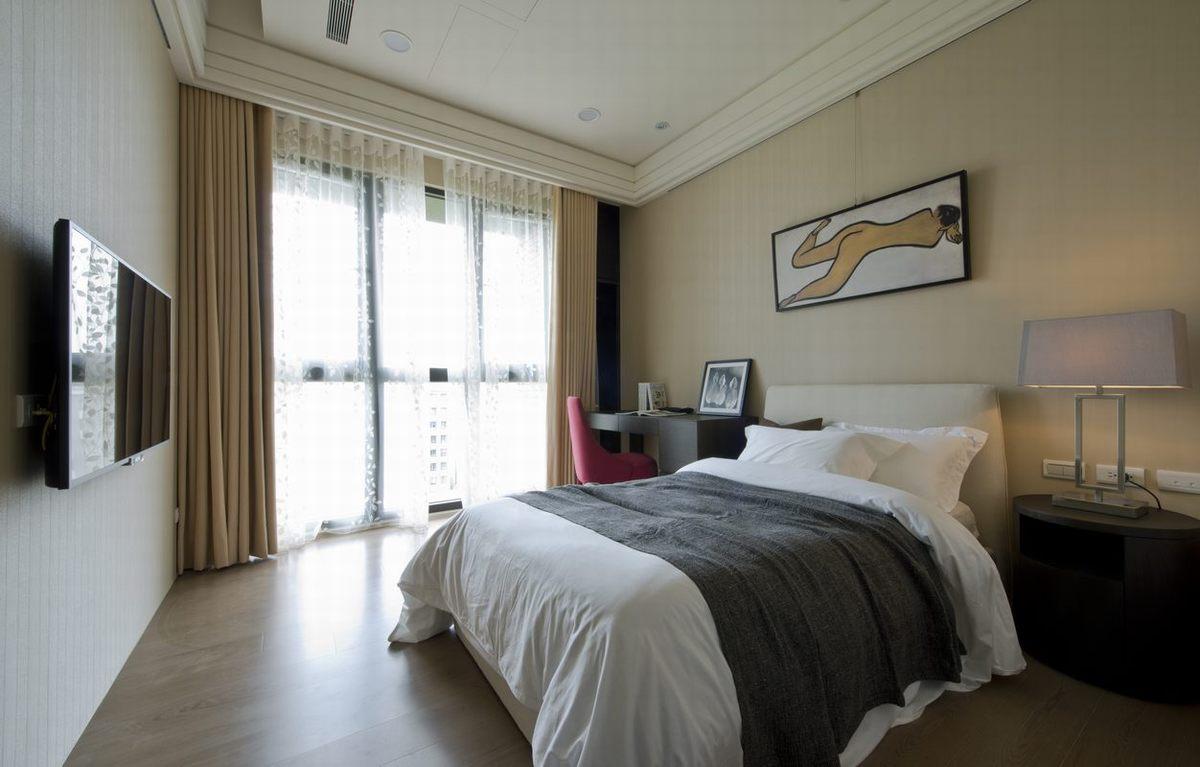 卧室装修很清新,淡色的墙面和白色的床,木色的地板,营造干净整洁的视觉效果。