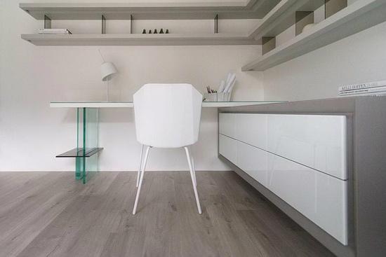 书房规划设计客制化书桌功能,其利用玻璃作为桌脚的巧思,也是引申重迭线条的结构概念。