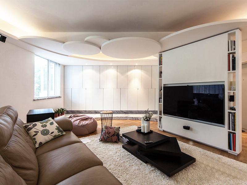 圆形不规则的吊顶,很具造型感,搭配散落的暖光,也营造除了家的温暖。