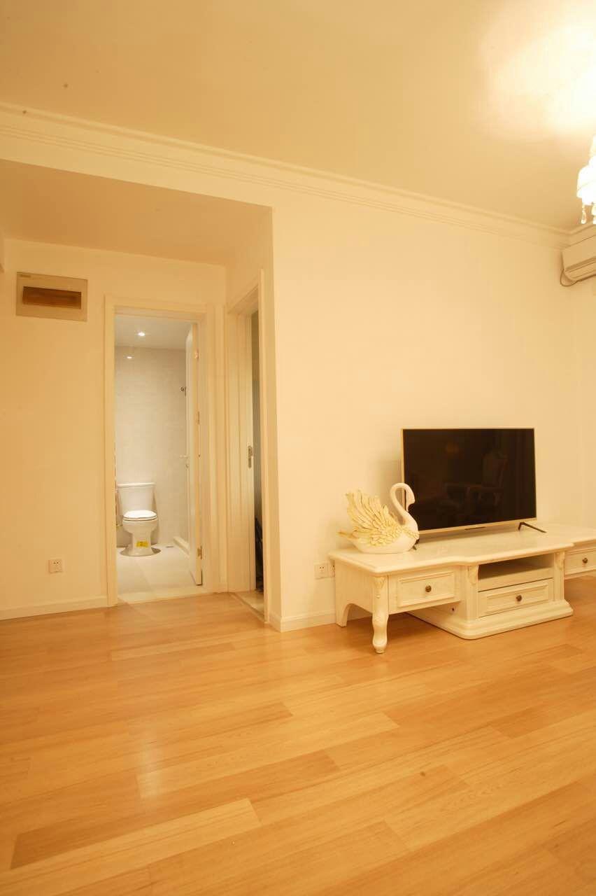 客厅空间不是很大,但视野开阔,而且屋里摆设简单,预留出更多空间供日后慢慢添置。