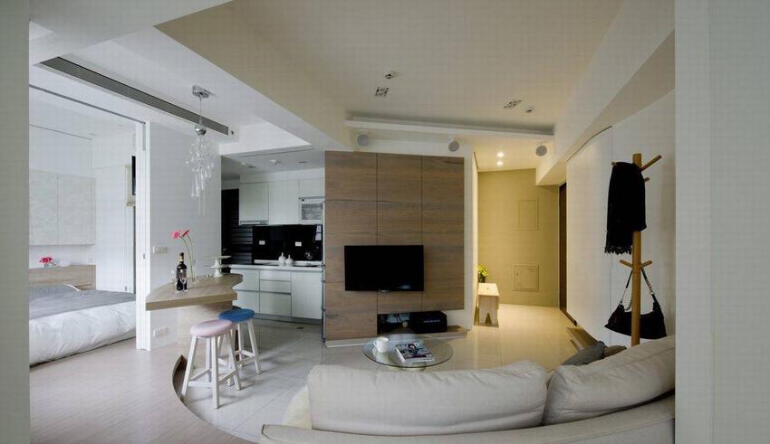 订制的弧形沙发,直视斜向的电视墙量体,以温润的木色里面成为视觉重心。