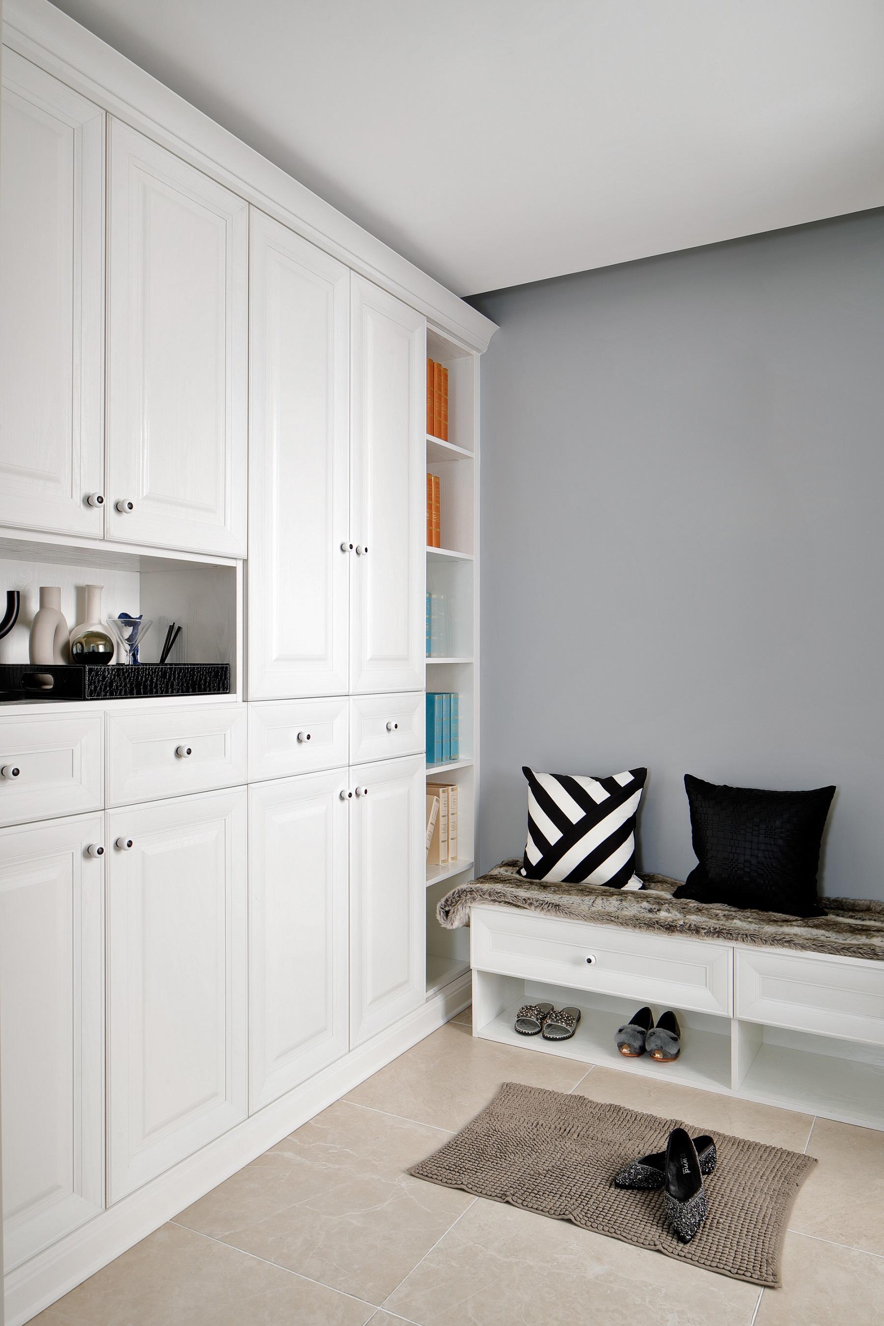 一入玄关,便是通顶玄关柜,包包、衣物等都可以放在里面,旁边设计换鞋凳,便捷又舒适。