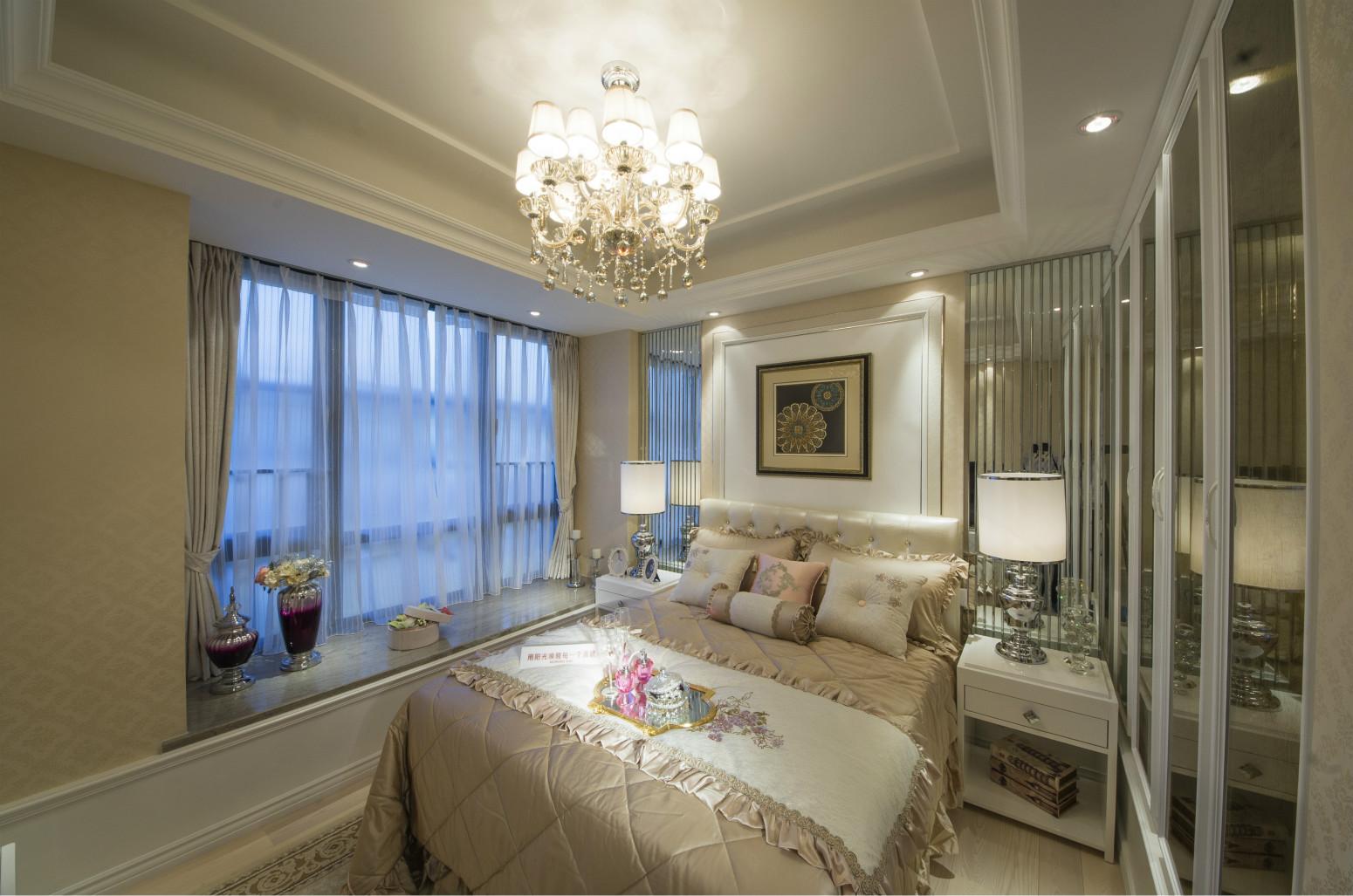 次卧的布置偏可爱一点,用色选用了温馨的暖色,但整个房间看起来都很素雅。