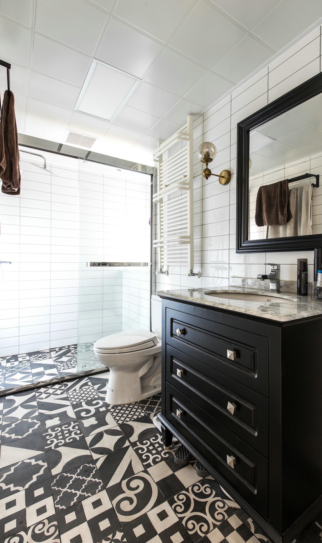 色感厚重的洗手台增添空间欧式情调,大量铺设文艺地砖,使卫浴间生活气息浓郁。