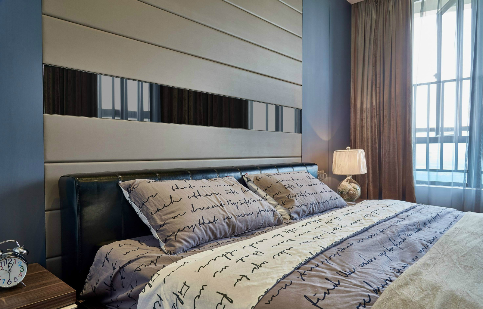 卧室的床品很是别致,温暖而温馨,去掉一天疲惫畅想明天