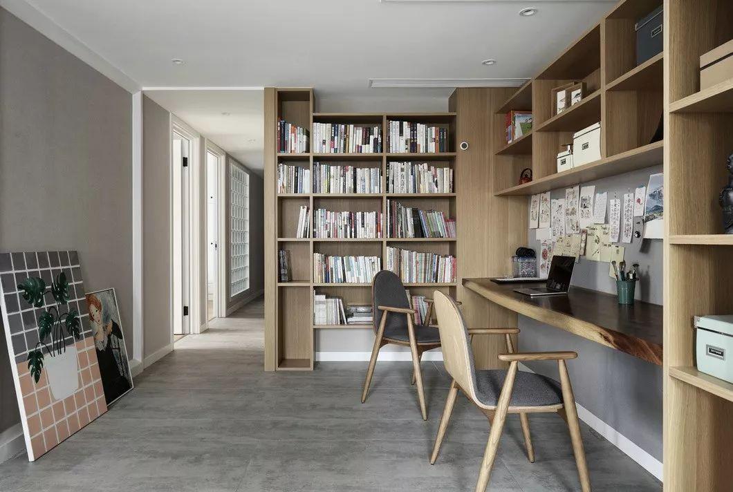 长长的定制书桌能同时满足两个宝宝作业学习,大量的开敞书柜,增加了实用性也起到了一定的装饰效果。
