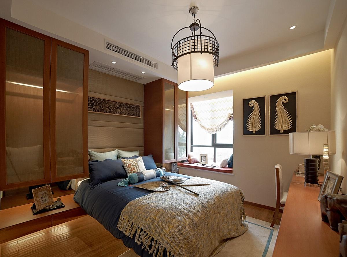主卧床头背景墙内嵌,更有立体感,小飘窗精心装饰起来,也是一快舒适的休息空间。