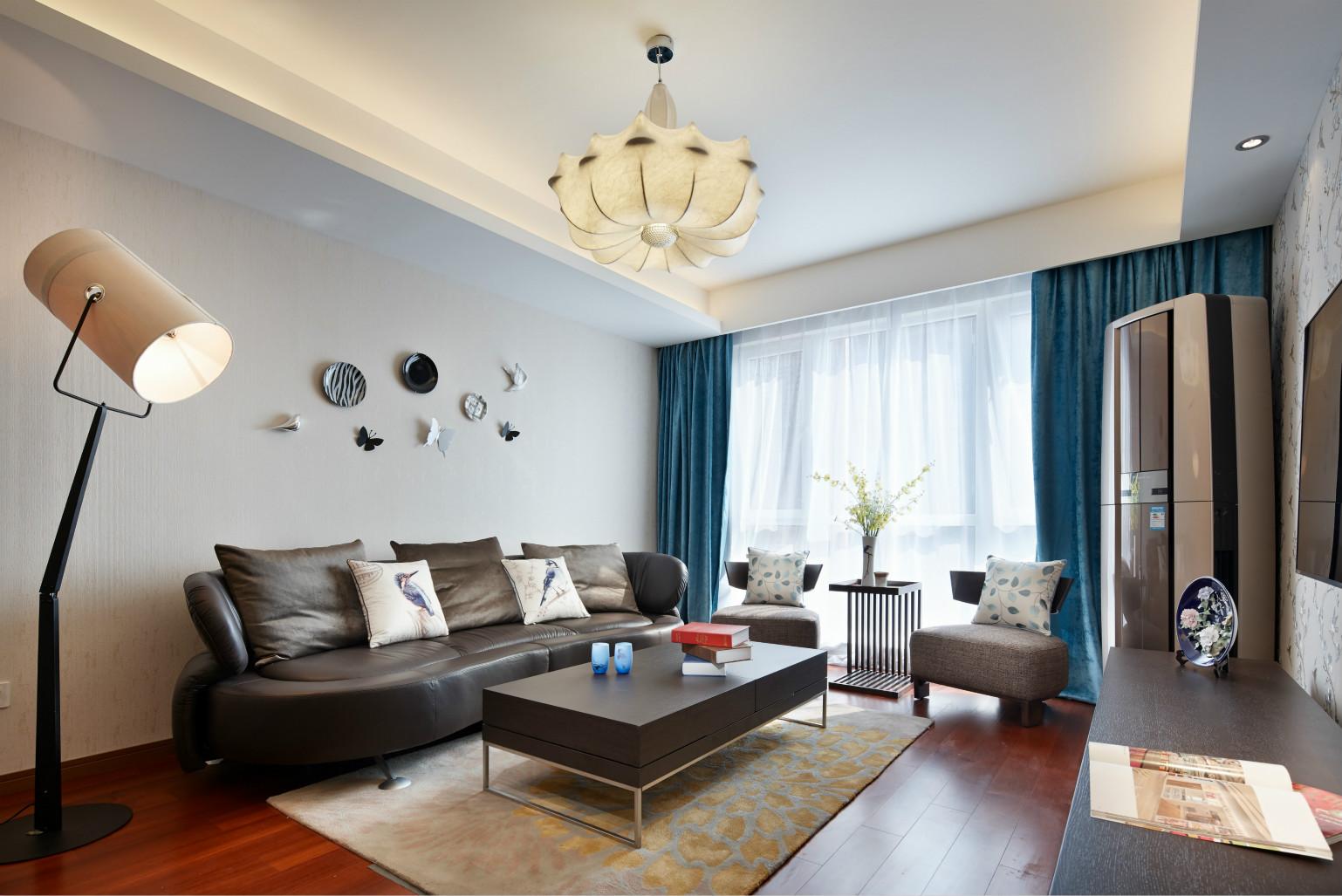 客厅黑色皮质沙发搭配黑色木质的茶几,在搭配上方花朵一样的吊灯,很是温暖清新