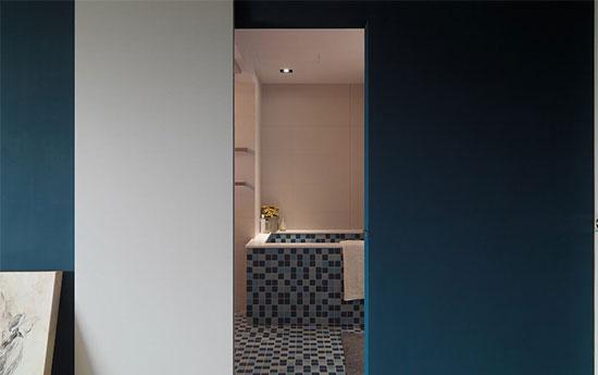 卫浴间以马赛克瓷砖作拼接,并从地板延续到浴缸,空间顿时活泼明快。