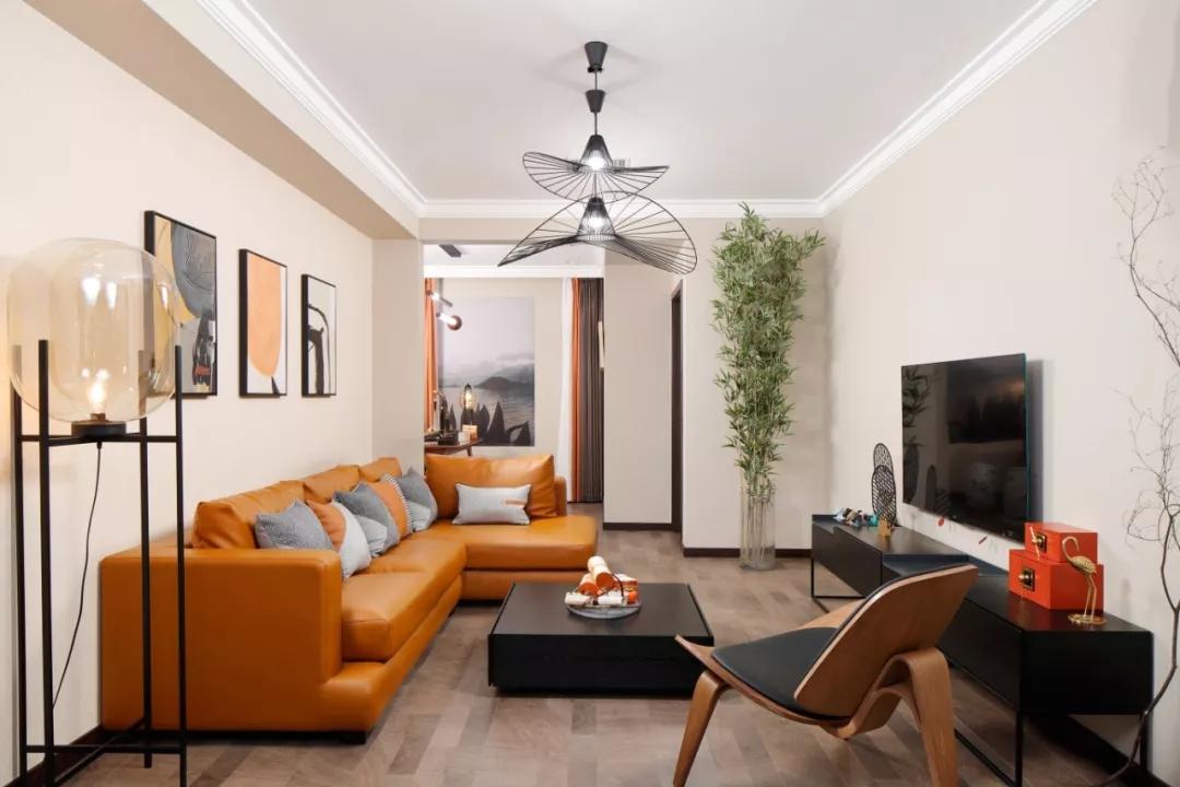 棕黄色的皮质沙发,让稳重的空间更富有质感。空间加入了荷叶吊灯、观赏竹等自然元素,充满生机活力。